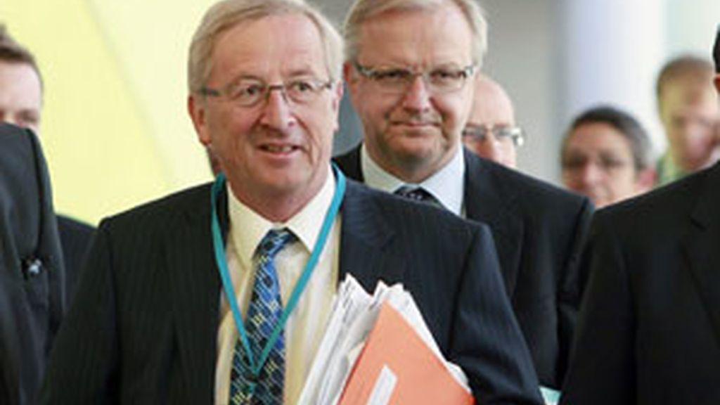 El presidente del Eurogrupo de Luxemburgo, Jean-Claude Juncker y Olli Rehn, de la Comisión Europea de Asuntos Monetarios llegan una reunión extraordinaria de la Comisión de Asuntos Monetarios del Parlamento Europeo. Foto: EFE
