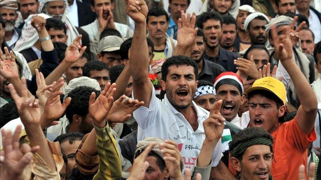 Asistentes a una manifestación para pedir la expulsión del presidente yemení, Ali Abdalá Saleh, en Saná hoy. EFE