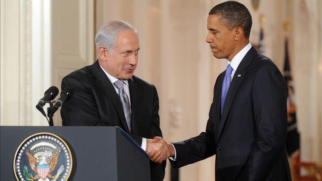 El presidente de Estados Unidos, Barack Obama (d) choca sus manos con el primer ministro de Israel, Benjamin Netanyahu (i), el pasado 1 de septiembre de 2010, en el ala este de la Casa Blanca. EFE/Archivo