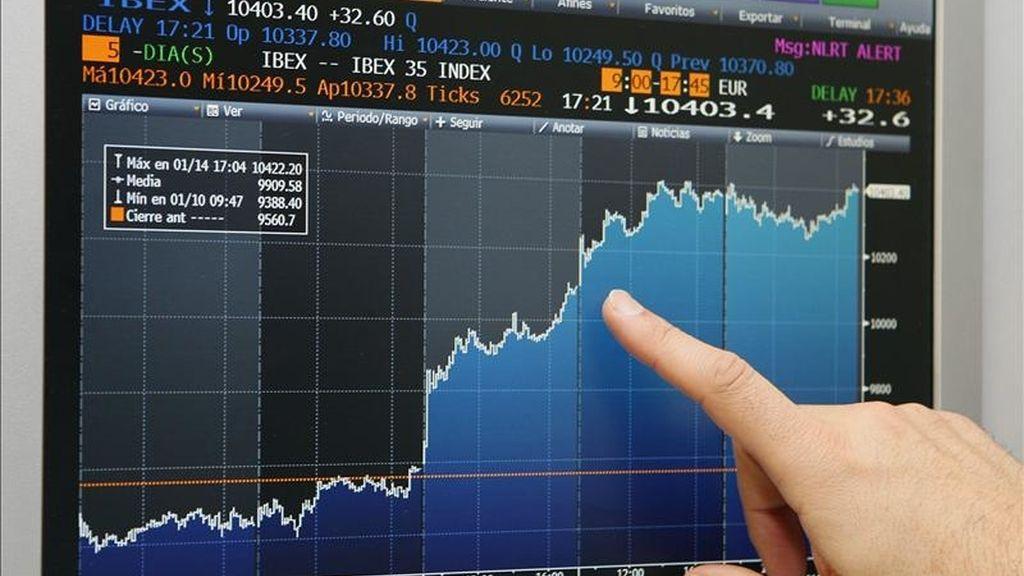Vista de una pantalla que refleja el índice semanal de la Bolsa española, que logró cerrar su mejor semana desde principios de julio pasado. EFE