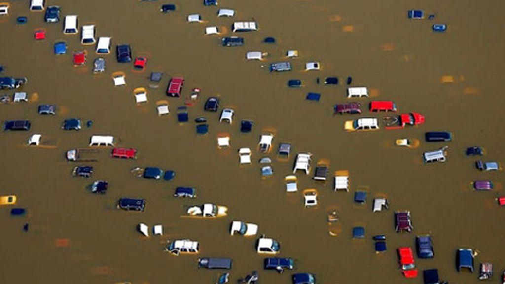 El agua ya supera los 14 metros de altura. Foto: AP.