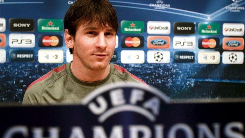 El delantero argentino del FC Barcelona, Lionel Messi, tras la rueda de prensa ofrecida esta tarde, previa al entrenamiento de la plantilla azulgrana en el Camp Nou, donde mañana se enfrentarán al Shaktar Donetsk de Ucrania, en partido correspondiente a la ida de los cuartos de final de la Liga de Campeones. EFE