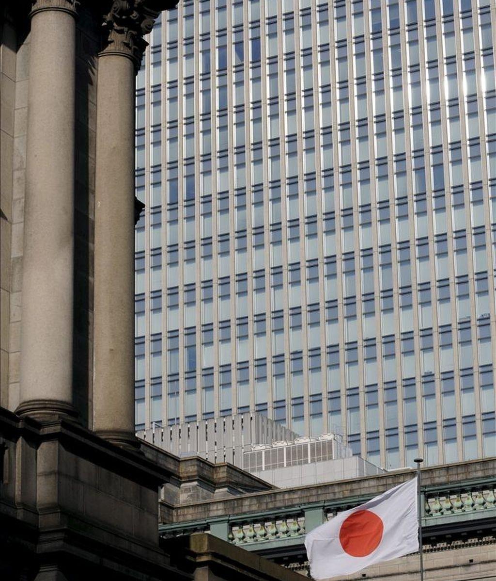 Una bandera japonesa ondea sobre el Banco de Japón (BOJ) en Tokio. EFE/Archivo