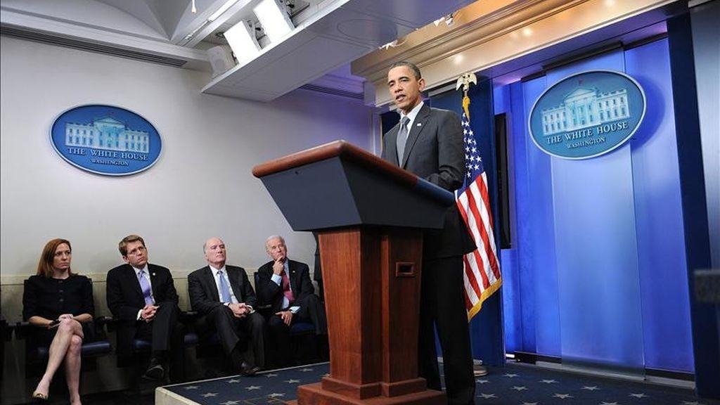 El presidente de EE.UU., Barack Obama (c), habla después de su encuentro con el presidente de la Cámara de Representantes, el republicano John Boehner, y el líder de la mayoría demócrata en el Senado, Harry Reid, en la Casa Blanca en Washington (EE.UU.). EFE