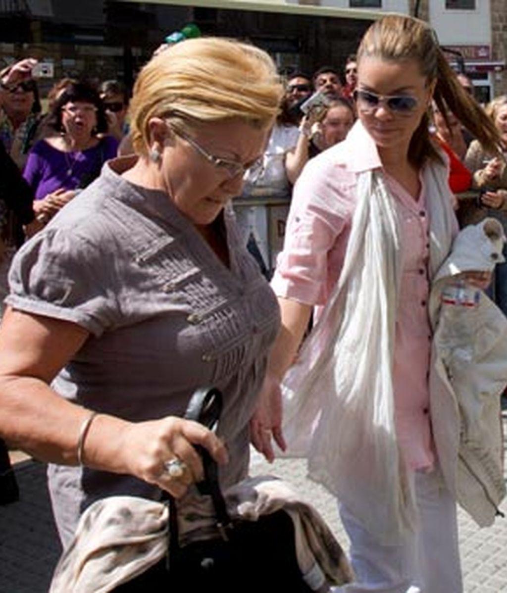 María José Campanario y su madre Remedios Torres, a su llegada esta tarde a la Audiencia Provincial de Cádiz. Foto: EFE