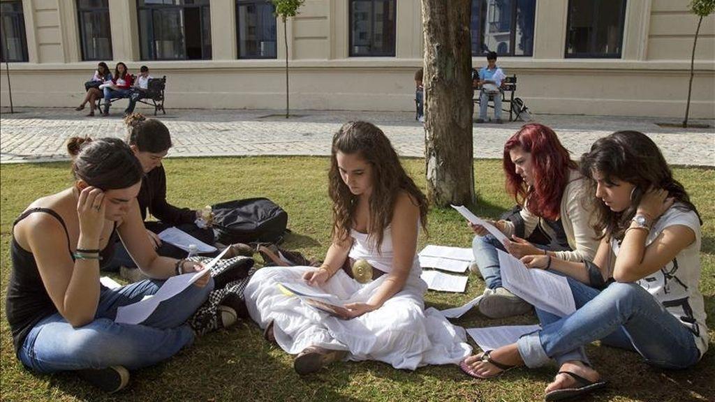 Un grupo de alumnas dan un ultimo repaso a sus apuntes antes de un examen. EFE/Archivo