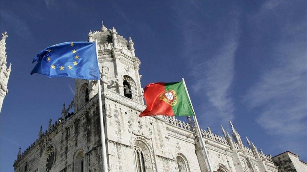 Las banderas de la Unión Europea (i) y Portugal ondeando en el exterior del monasterio de los Jerónimos, en Lisboa. EFE/Archivo