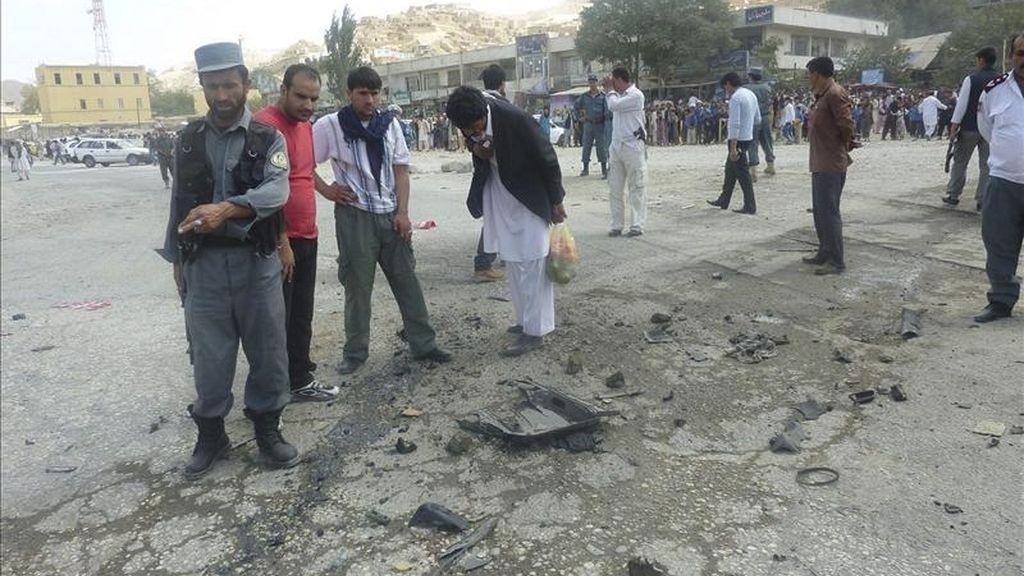 Miembros de las fuerzas de seguridad inspeccionan el escenario de un atentado con bomba dirigido contra un vehículo policial, en Pol-i-Khomri, en la provincia de Baghlan (Afganistán), ayer martes 31 de mayo. EFE
