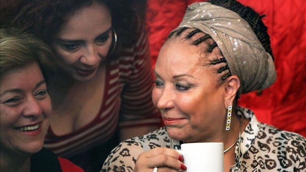 La exsenadora colombiana Piedad Córdoba (d) bebe café mientras ofrece el 31 de enero de 2011, una rueda de prensa en Bogotá (Colombia). EFE