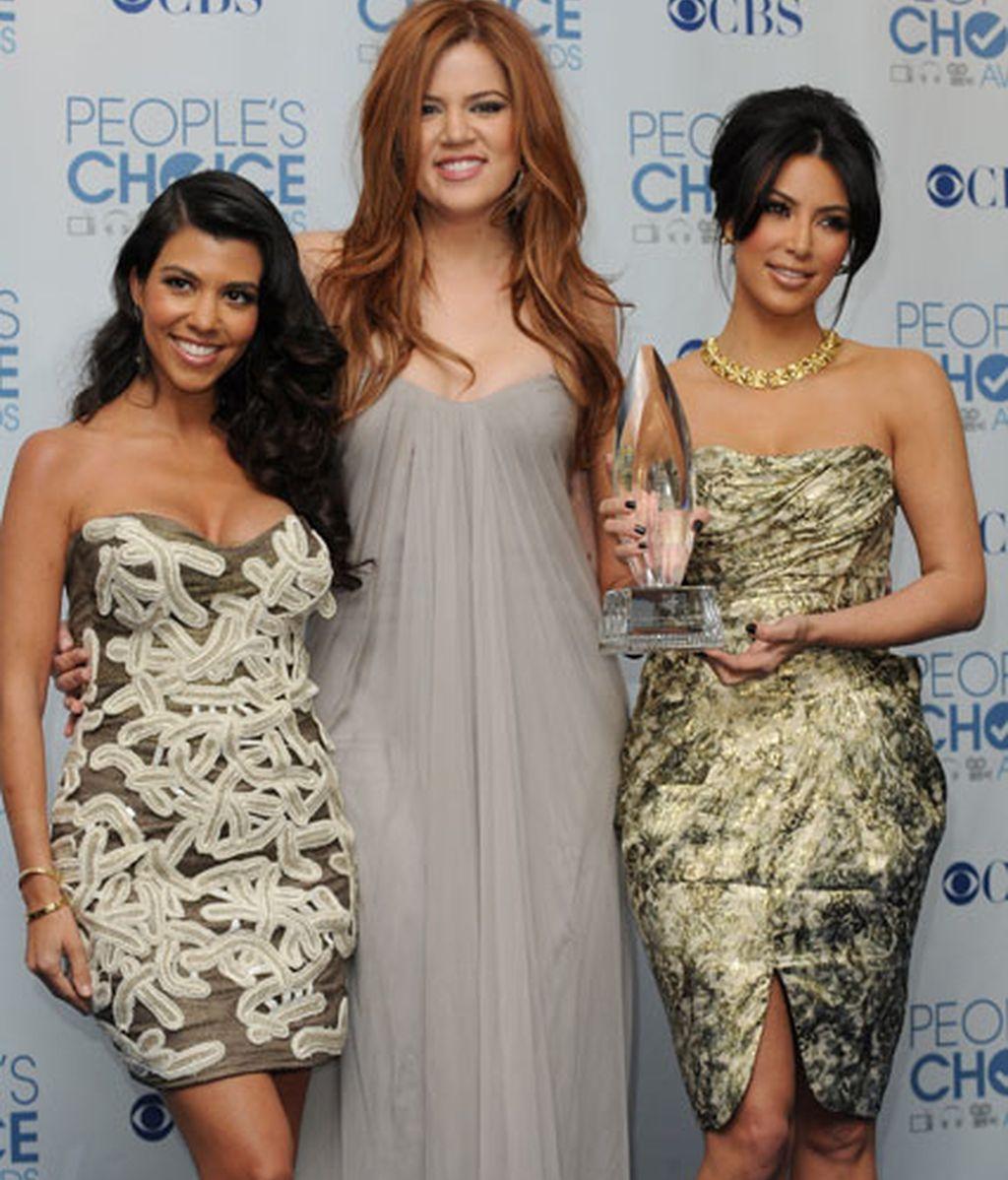 Las Kardashian con su premio
