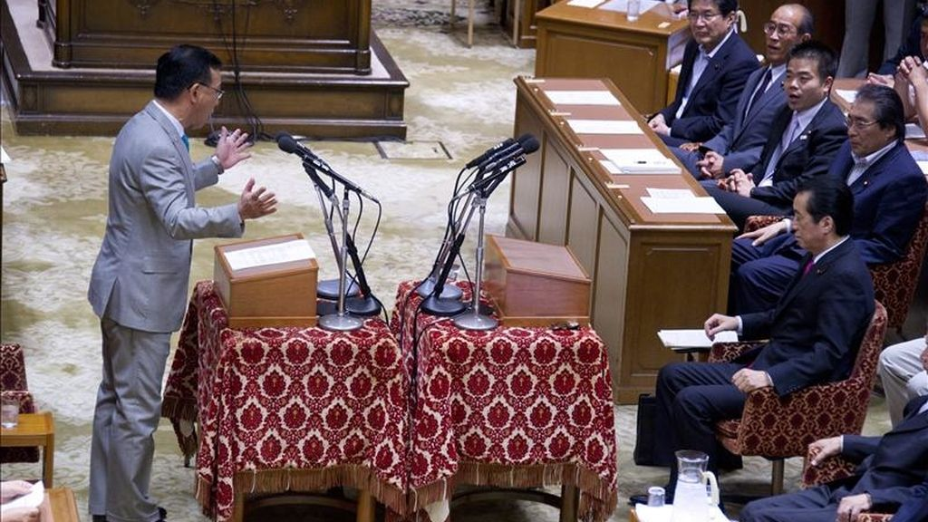 El líder del opositor Partido Liberal Democrático, Sadakazu Tanigaki (i), solicita la dimisión del cargo del primer ministro japonés, Naoto Kan (d), durante un debate en la Dieta (Parlamento), en Tokio (Japón), hoy, miércoles 1 de junio de 2011. Kan se negó a dimitir ante la petición de moción de censura por parte de la oposición argumentando que antes de abandonar el cargo quiere resolver la crisis nuclear desatada tras el terremoto y el tsunami del pasado 11 de marzo. EFE/Everett Kennedy Brown