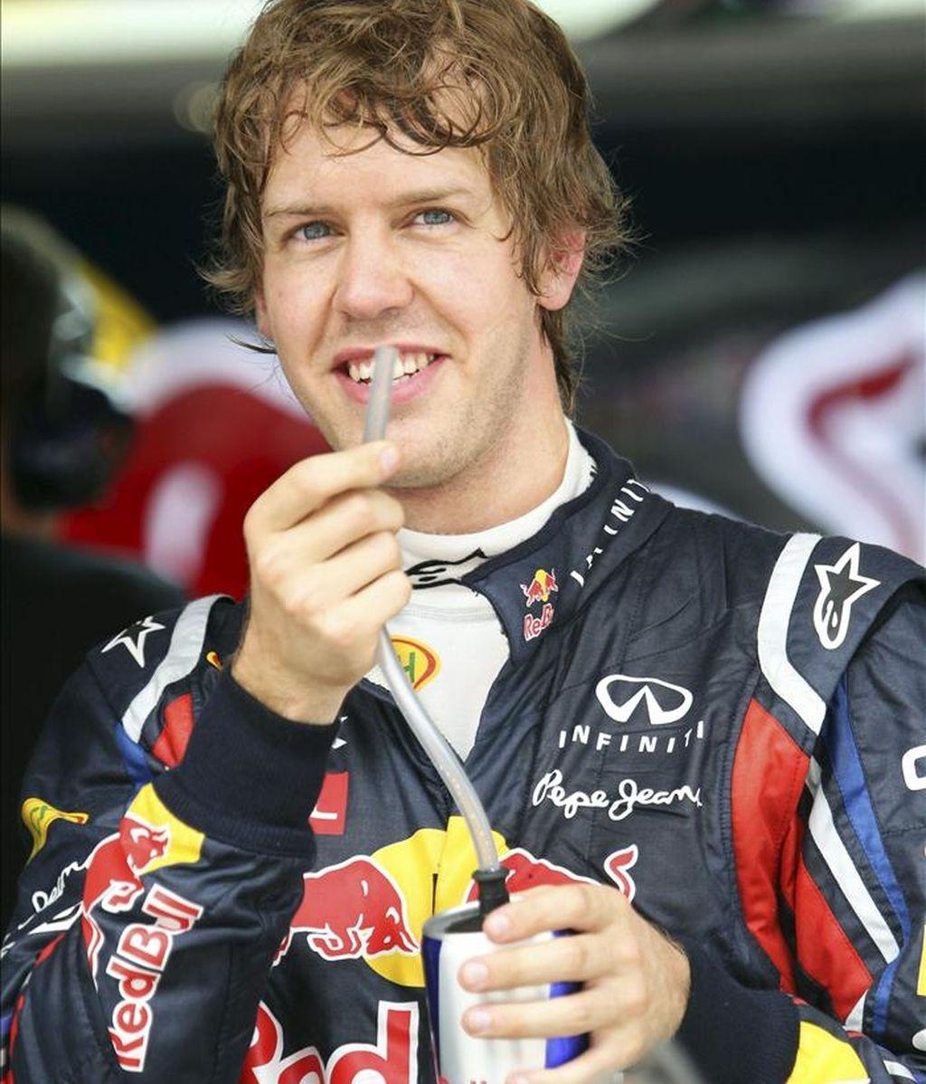 El piloto alemán de Fórmula Uno Sebastian Vettel, de la escudería Red Bull Racing, saluda a sus aficionados tras correr la segunda sesión de entrenamiento celebrada en el circuito internacional de Shanghái (China). El Gran Premio de Shanghái de Fórmula Uno se disputa este fin de semana en Shanghái. EFE