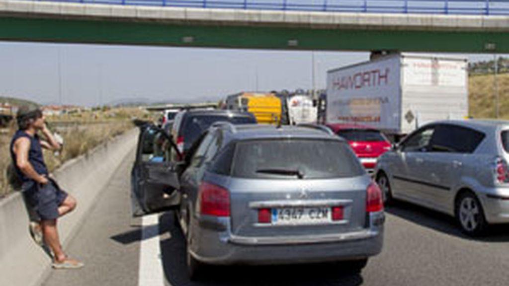 El suceso ha ocasionado el cierre de la vía y retenciones de varios kilómetros FOTO: EFE