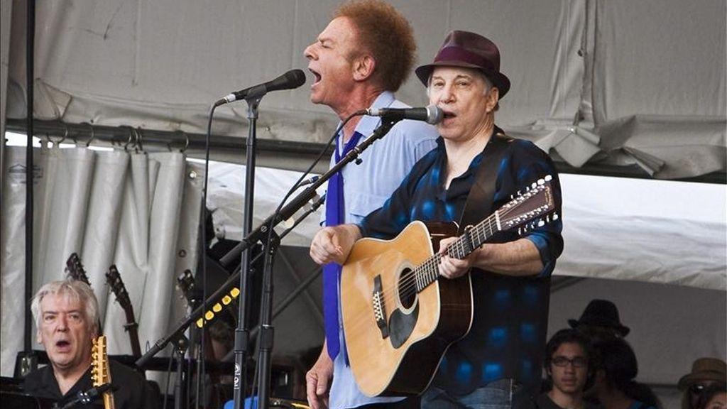 El dúo estadounidense Paul Simon y Art Garfunkel de Simon & Garfunkel durante un concierto el 24 de abril de 2010, en el Festival de Jazz y Patrimonio de Nueva Orleans, Louisiana (EEUU). EFE/Archivo