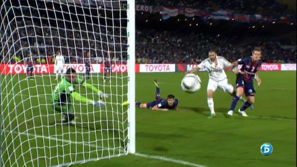 ¡Benzema descamisado! El francés pide penalti en un agarrón dentro del área