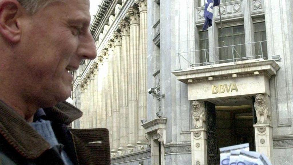 Un cliente muestra billetes de euro retirados de un cajero automático. EFE/Archivo