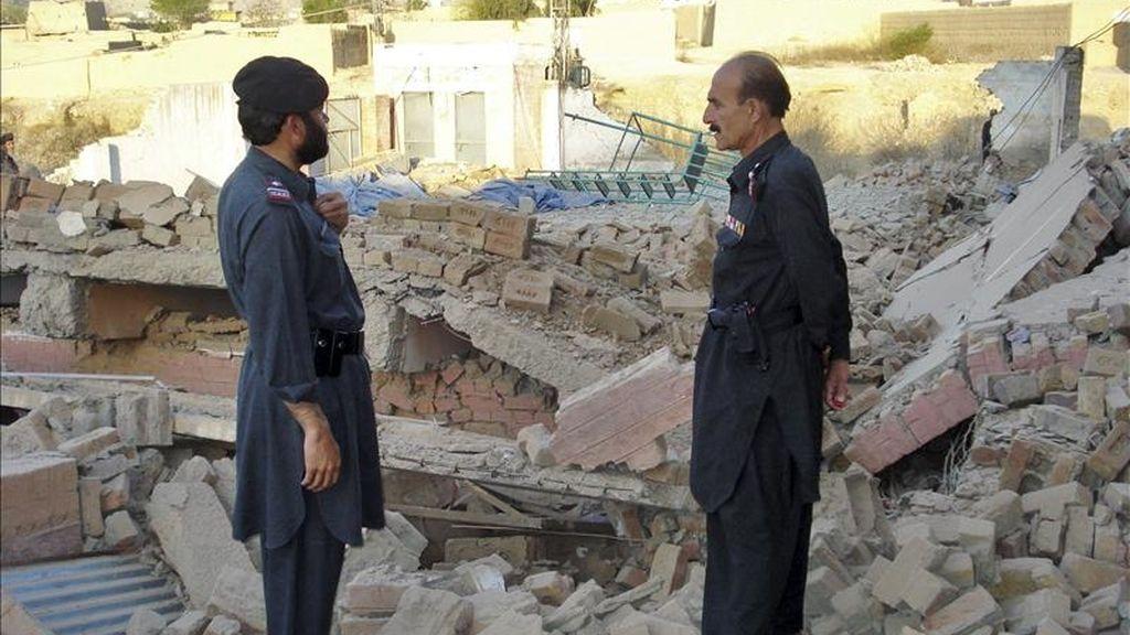 Miembros de los servicios de Seguridad de Pakistán observan los daños provocados en una escuela femenina de Bara, en la frontera con Afganistán, tras ser bombardeada presuntamente por milicianos talibanes el 25 de marzo de 2011. EFE/Archivo