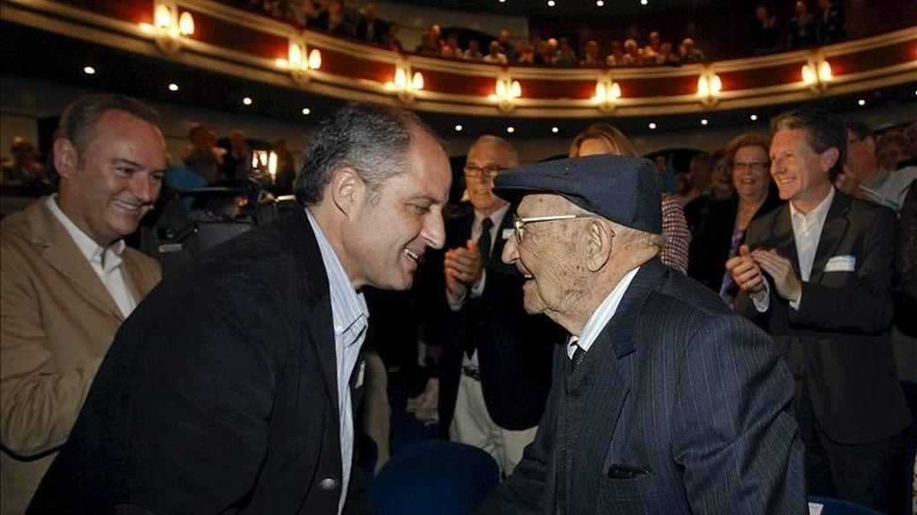El president de la Generalitat y candidato a la reelección, Francisco Camps (i), saluda a un hombre, de 105 años de edad, durante el acto organizado por el PP con mayores en Castellón. EFE