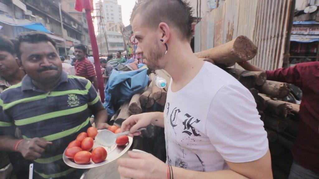 Dabiz Muñoz cocina un 'crepe' indio en plena calle de Bombay