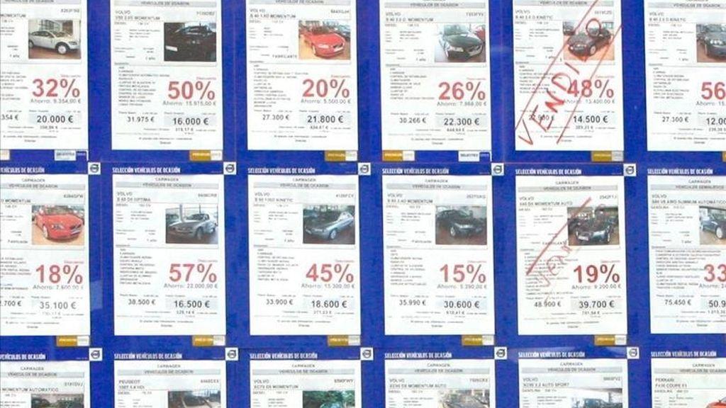 En la imagen, un concesionario de vehículos de Bilbao con un cartel anunciando descuentos. EFE/Archivo