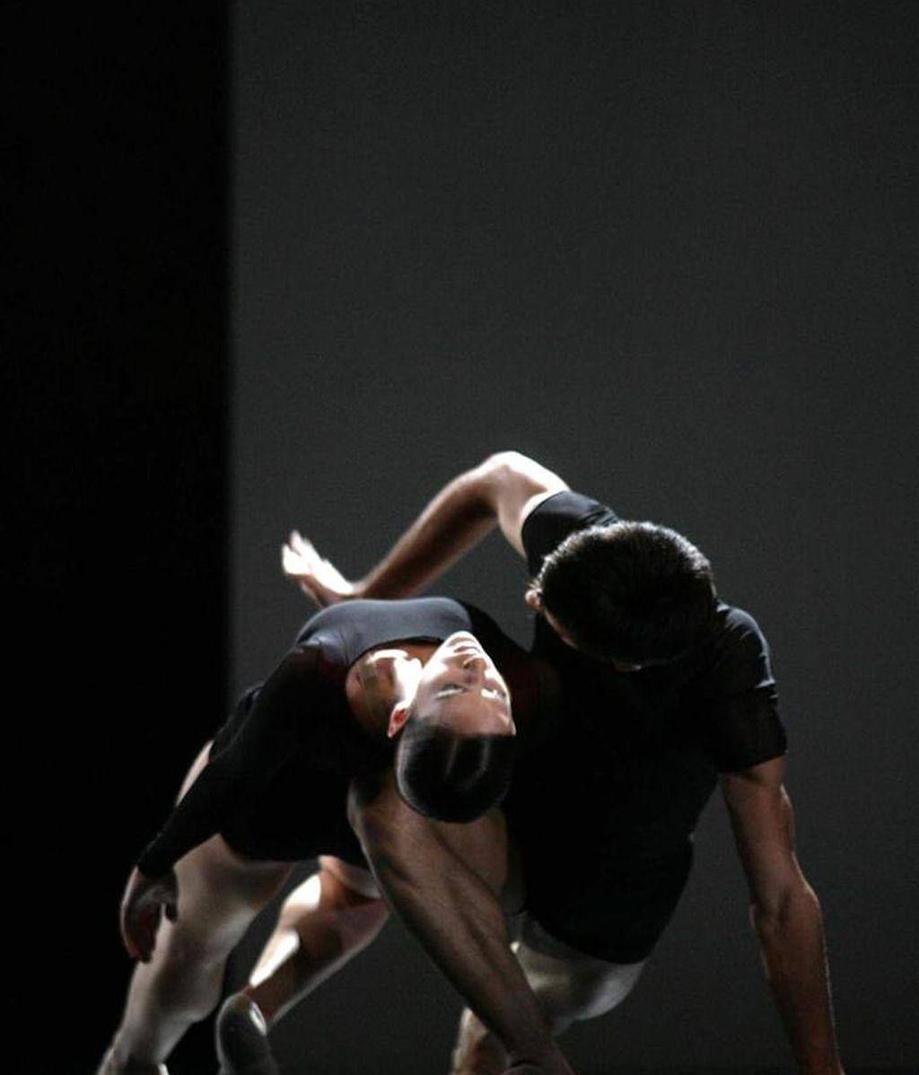 La Compañía Nacional de Danza (CND) de España brindó hoy al público de Pekín la primera de sus tres actuaciones esta semana en el Teatro Nacional de la capital china, donde mostró la original combinación de música barroca de Bach y danza moderna que creó su anterior director artístico, Nacho Duato. EFE/Archivo