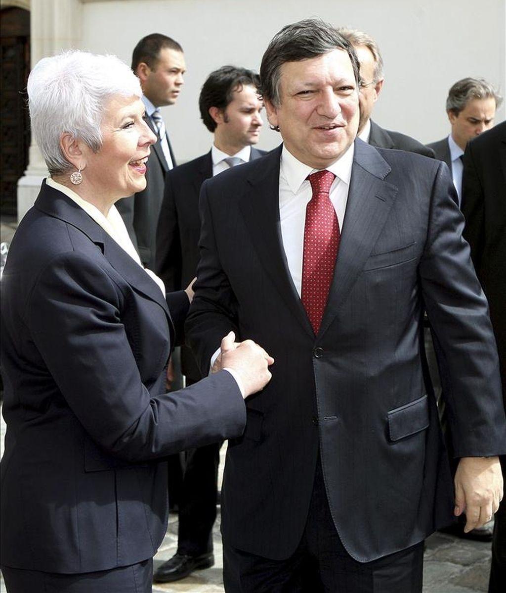 La primera ministra croata, Jadranka Kosor (izq), estrecha la mano al presidente de la Comisión Europea, José Manuel Durao Barroso, durante la visita de un día de duración que ha realizado el responsable europeo a Zagreb (Croacia). EFE