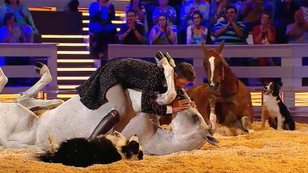 Santi Serra realiza un número espectacular con sus perros y sus caballos