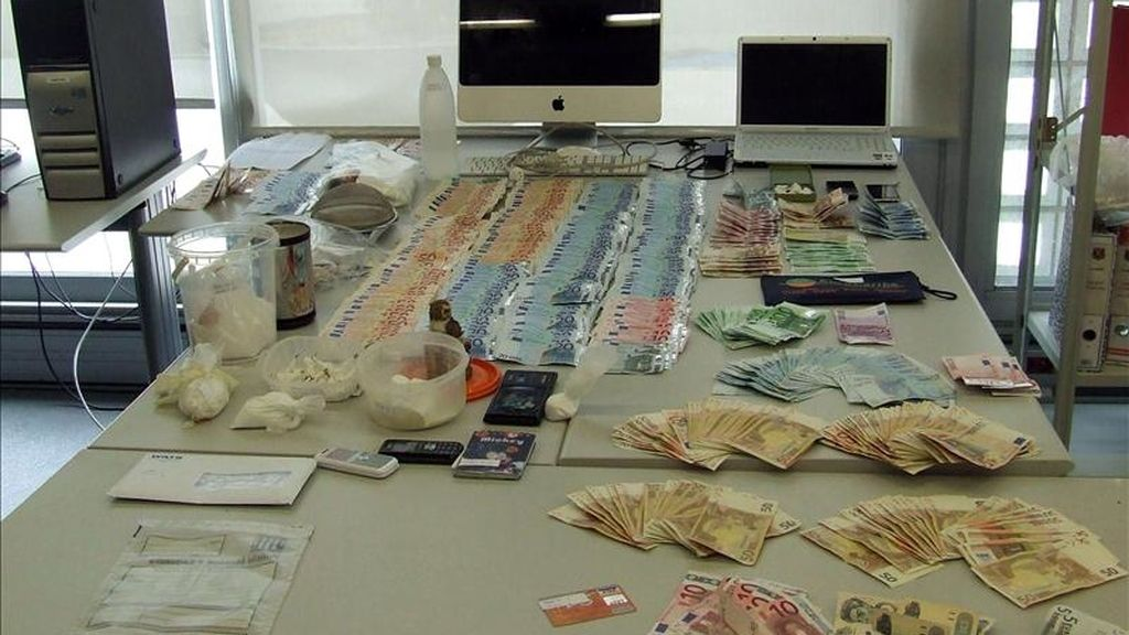 Fotografía facilitada por los Mossos d'Esquadra que han detenido a siete presuntos traficantes de droga, entre ellos un menor de 16 años, tras incautarles 300 gramos de cocaína y 24.000 euros en efectivo en el piso del distrito Sants-Montjuic de Barcelona en el que vivían. EFE