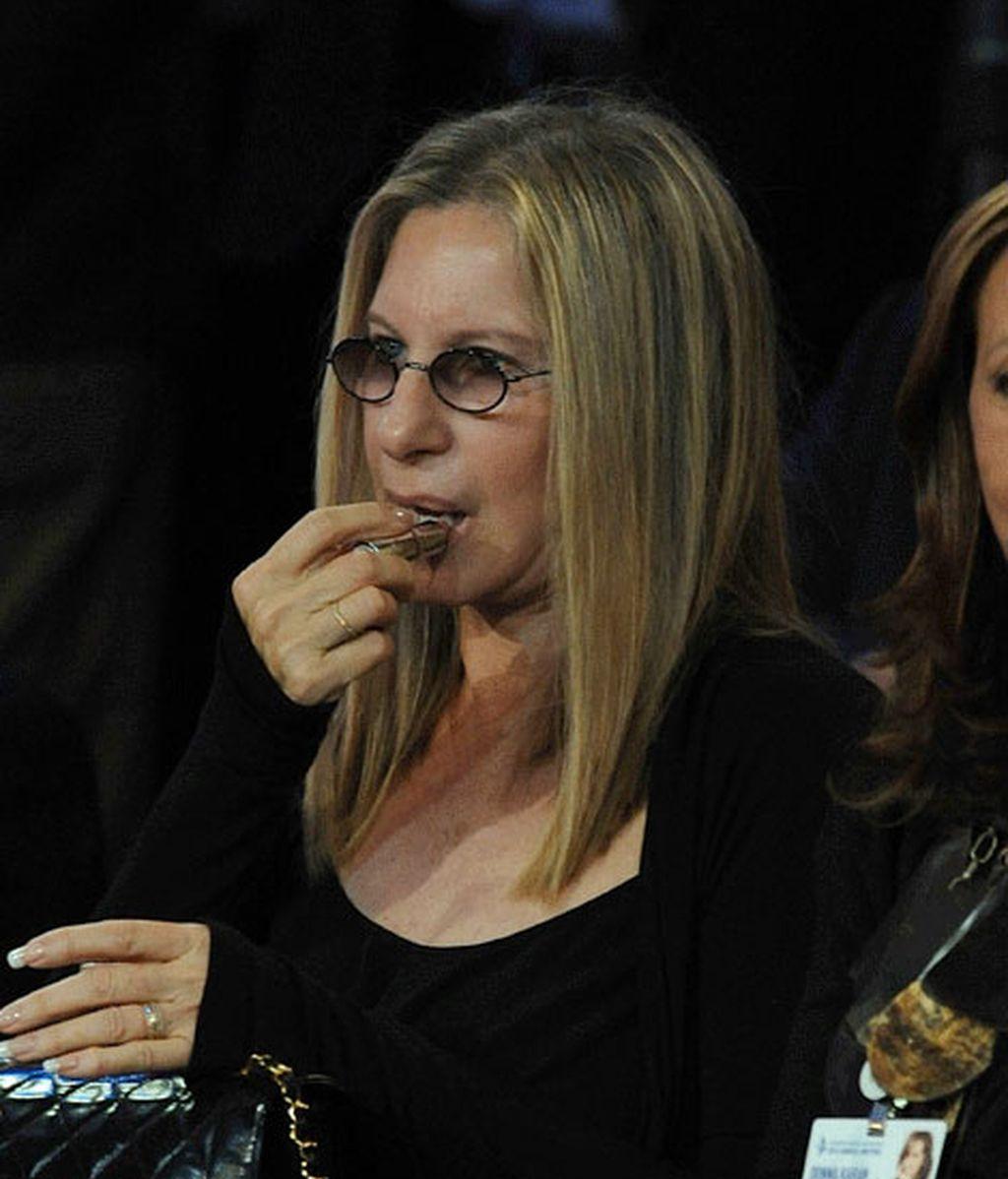 Barbara Streisand, acompañada de Dona Karan, presenciando el defile de esta última