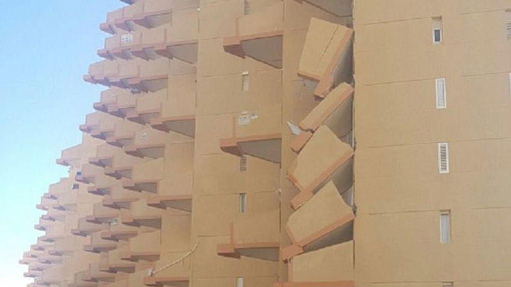 Se derrumban varios balcones de un edificio de La Manga