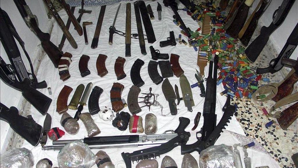 """Foto facilitada por la agencia oficial de noticias siria SANA que muestra el armamento confiscado ayer durante una detención en Banias, en el norte de Siria. Desde el inicio de las revueltas en Siria, a mediados de marzo, el régimen sirio sostiene que detrás de las protestas hay """"grupos terroristas""""."""