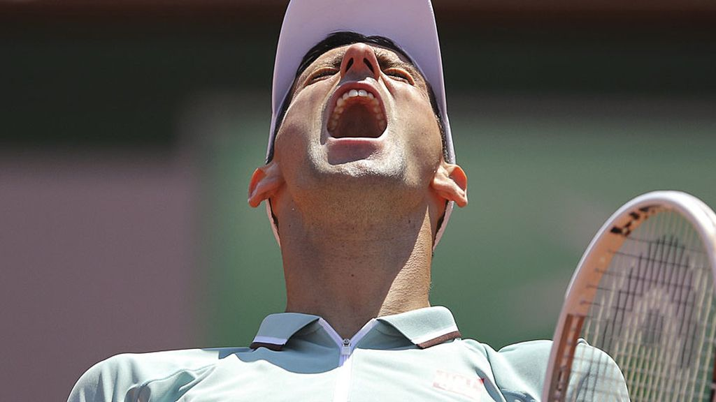 Djokovic gesticula tras un punto perdido en la primera manga.