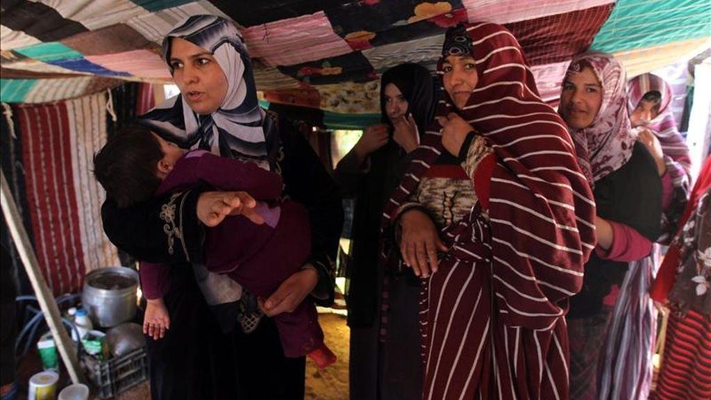 Mujeres libias permanecen alojadas en un campo tras dejar la población de Mizda,  tras los ataques aéreos de la OTAN. EFE
