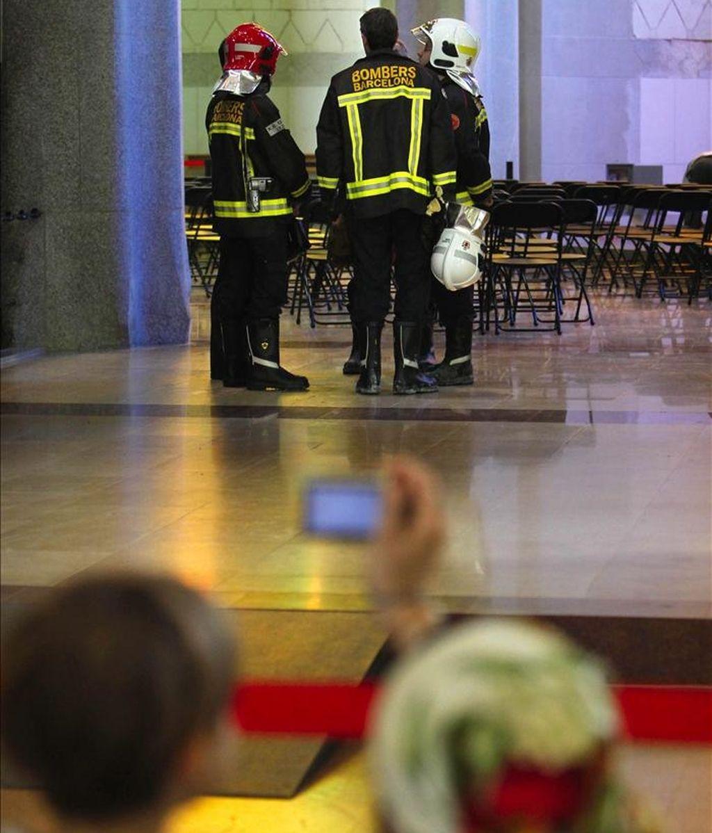 Miembros de los bomberos han realizado esta mañana tareas de inspección en la Sagrada Familia, el monumento más visitado de Cataluña, que tras el susto que se produjo ayer al incendiarse la sacristía, que obligó por la mañana a desalojar a unas 1.500 personas que había en su interior, hoy ha recuperado el pulso y se ha llenado de nuevo de turistas. EFE