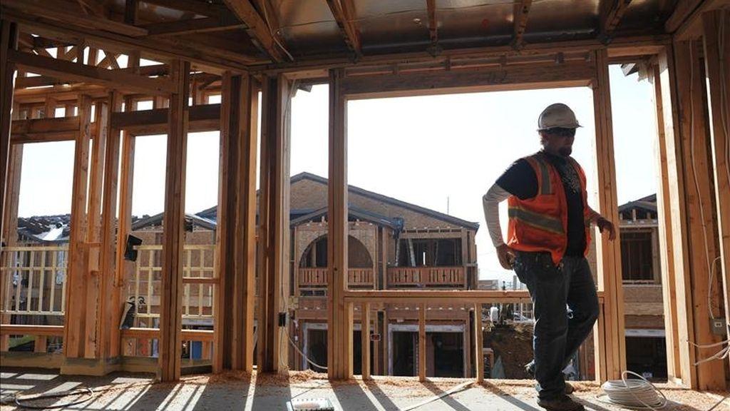Un obrero trabajando en una casa en construcción. EFE/Archivo