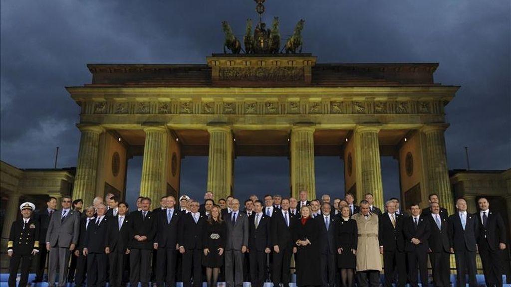 Los ministros de Asuntos Exteriores de los países miembros de la OTAN posan para una foto de familia frente a la Puerta de Brandemburgo después de su reunión para analizar la crisis libia en Berlín, Alemania. EFE