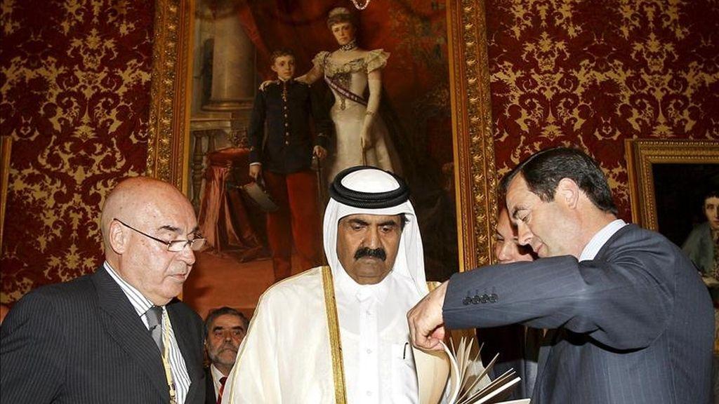 El presidente del Congreso, José Bono (d), entrega un libro de la Constitución Española al emir de Catar, Hamad Bin Khalifa Al Thaniy, en presencia del presidente del Senado, Javier Rojo, durante su visita hoy a la Cámara Alta. EFE