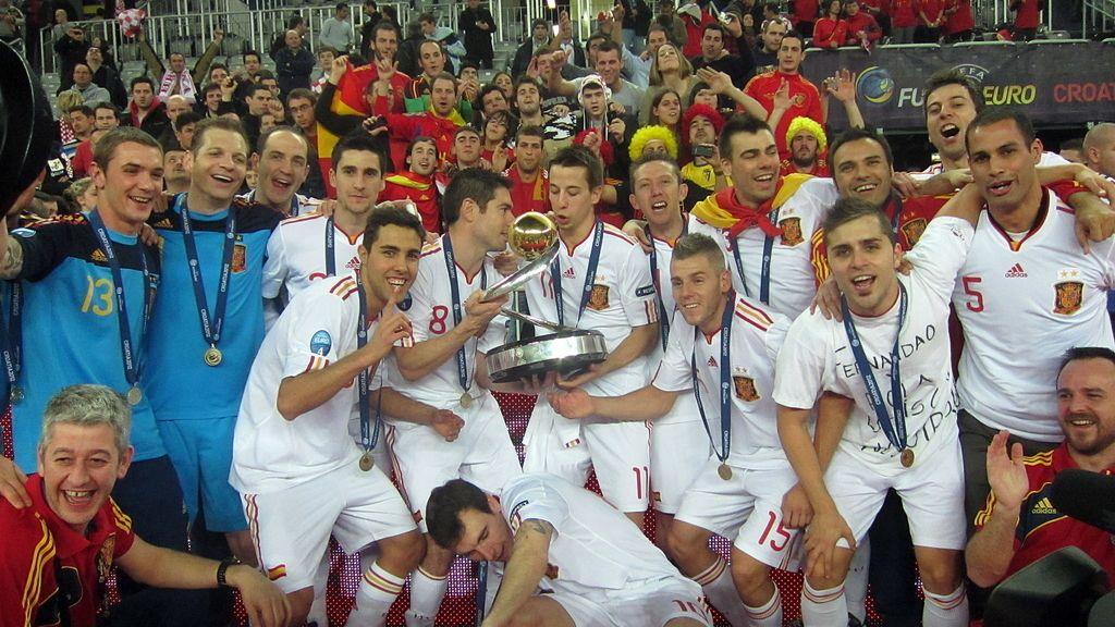 Jugadores españoles y cuerpo técnico celebran después de vencer a Rusia