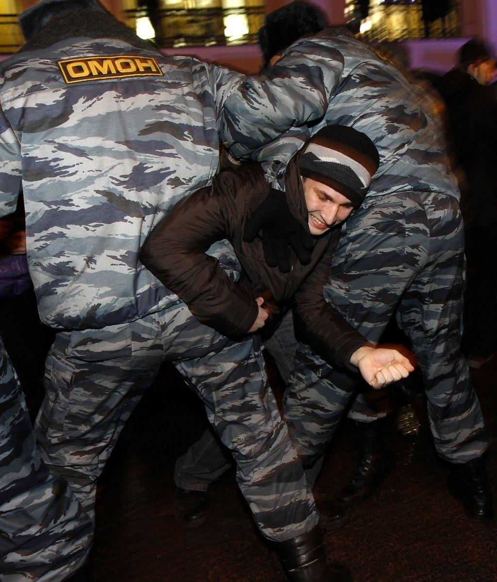 La policía rusa detiene a un joven manifestante