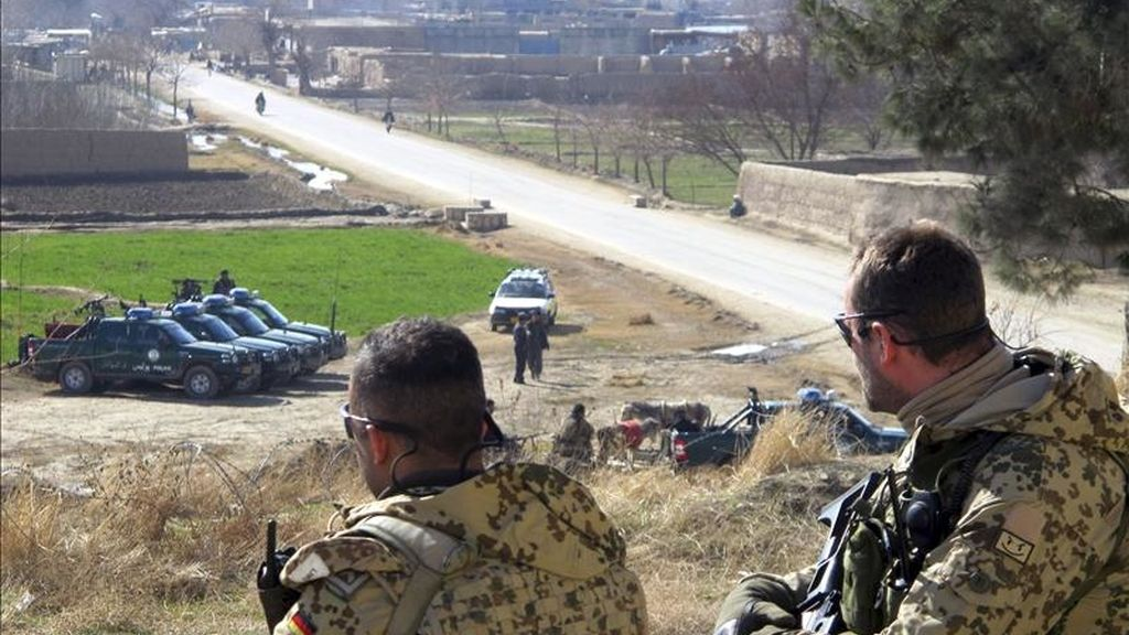 Soldados alemanes encuadrados en la ISAF, fuerza internacional de la OTAN en Afganstán, vigilan desde un puesto de control en Kunduz, Afanistán. EFE/Archivo