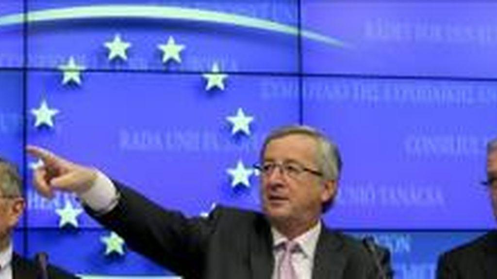 El presidente del Fondo Europeo de Rescate, el alemán Klaus Regling (i); el presidente del Eurogrupo y primer ministro de Luxemburgo, Jean-Claude Juncker (c), y el comisario europeo de Asuntos Económicos y Monetarios, Olli Rehn (d), ofrecen una rueda de prensa en Bruselas (Bélgica). EFE/Archivo