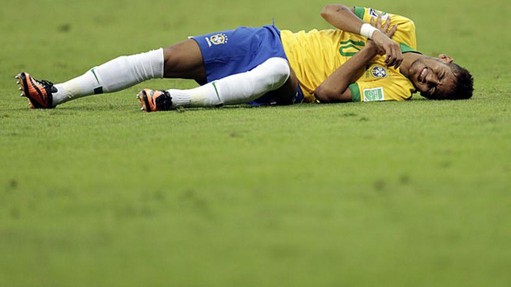 Neymar se duele sobre el césped de un golpe en el hombro