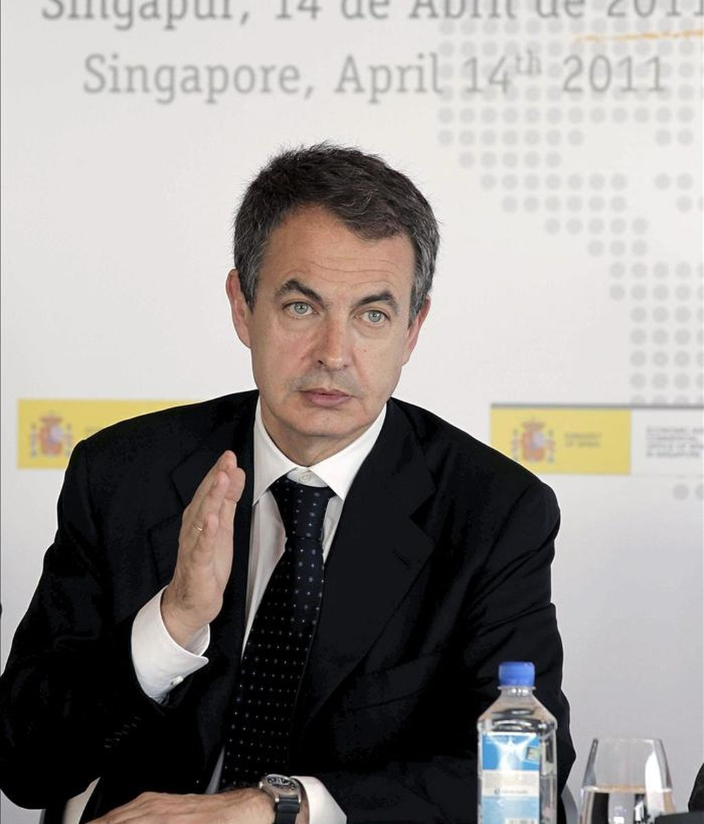 El presidente del Gobierno, José Luis Rodríguez Zapatero, durante la reunión que mantuvo hoy en Singapur, acompañado por el ministro de Industria, Miguel Sebastián, con los principales bancos y fondos de inversión del país antes de viajar a la isla china de Hainan. EFE