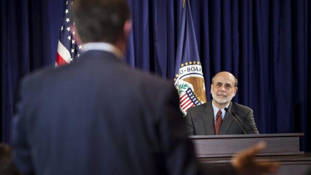 El presidente de la Reserva Federal estadounidense, Ben Bernanke (d), en una rueda de prensa en la sede de este organismo, en Washington DC, Estados Unidos. EFE