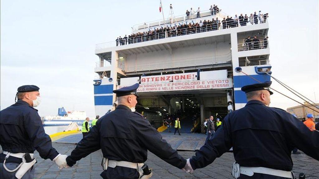 Unos 500 inmigrantes tunecinos a su llegada al puerto de Catania, Sicilia. EFE