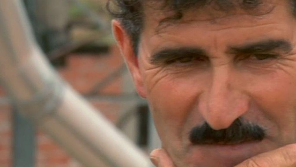 Paco lleva bigote desde hace 26 años, y afirma que por amor es capaz de cortarse el bigote y las orejas