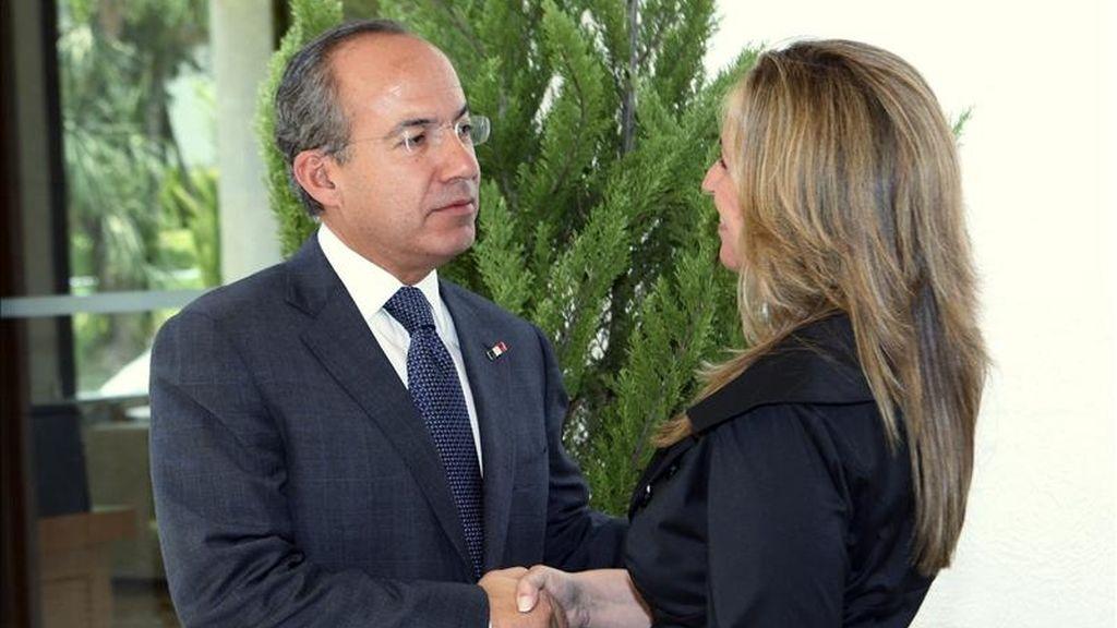 La ministra de Asuntos Exteriores y Cooperación de España, Trinidad Jiménez (d), saluda al presidente de México, Felipe Calderón (i), durante su visita a la Residencia Oficial de Los Pinos en la capital mexicana. EFE
