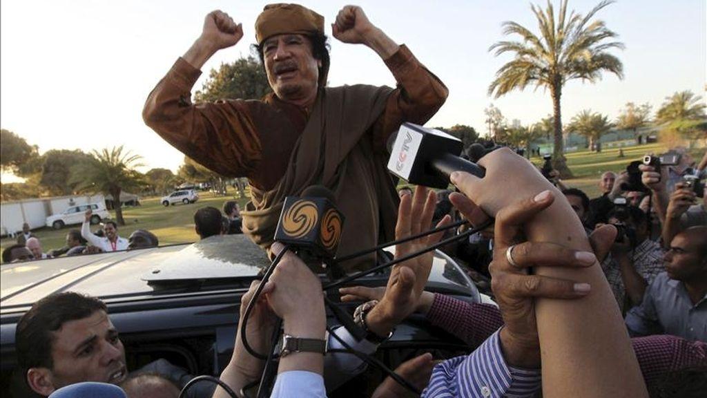 El líder libio, Muamar el Gadafi, ofrece unas palabras desde un vehículo en el complejo de gobierno de Bab el Azizia, donde tiene su residencia oficial, tras una reunión con una delegación de cinco líderes africanos que buscan mediar en el conflicto de Libia, hoy en Trípoli. EFE