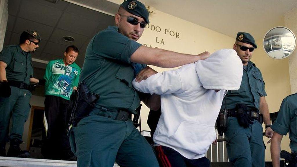 Dos de los tres jóvenes de 19 años acusados de matar a Juan M.S., de 21 años, en la madrugada del pasado domingo en Conil de la Frontera (Cádiz), han pasado hoy a disposición judicial, después de pasar la noche en los calabozos de la Guardia Civil de la localidad gaditana. EFE