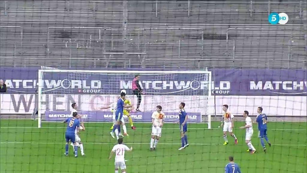 ¡Gol de Bosnia! Spahic ganó la posición a Bartra y cabeceó al fondo de la red